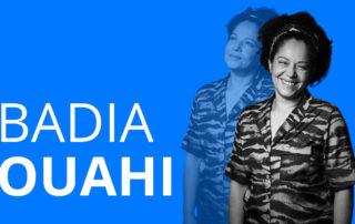 Das Bild zeigt Badia Ouahi, die in einem Interview über ihre Ausbildung und ihren Berufsweg erzielt und wie wichtig das als Fundament fürs Leben war