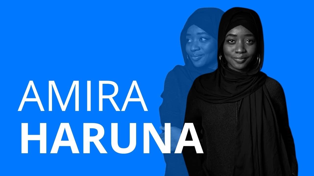 Das Bild zeigt die Frau Amira Haruna, die in einem Videointerview über ihren Berufsweg erzählt und wie sie mit ihrer Ausbildung zur Soziologin auch in die Modebranche fand und warum Ausbildung ein so wichtiges Fundament für die Zukunft ist,.